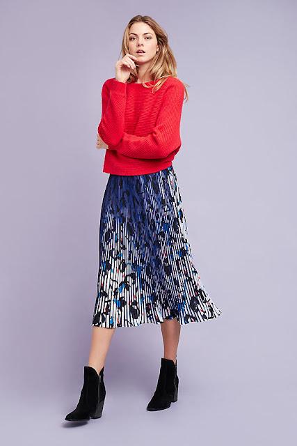 Красный свитер и синяя юбка