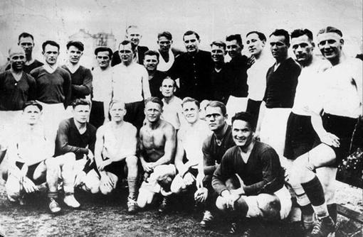 8dc002e36c3 Foto on tehtud 09.08.1942 peale FC Stardi võitu koos sakslastest  vastasvõistkonna mängijatega