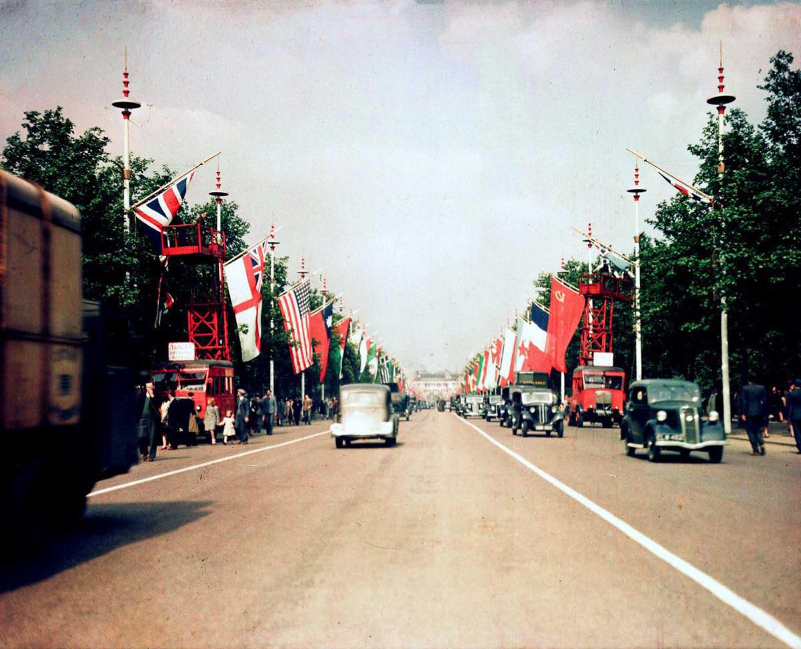 Banderas aliadas se muestran en la celebración de la victoria en Europa. 3 de septiembre de 1945.
