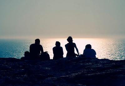 Resultado de imagen de Grupo de personas reunidas mirando un amaneces