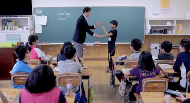مصري يتحول من ماسح أرضية إلى مبتكر في مدارس اليابان
