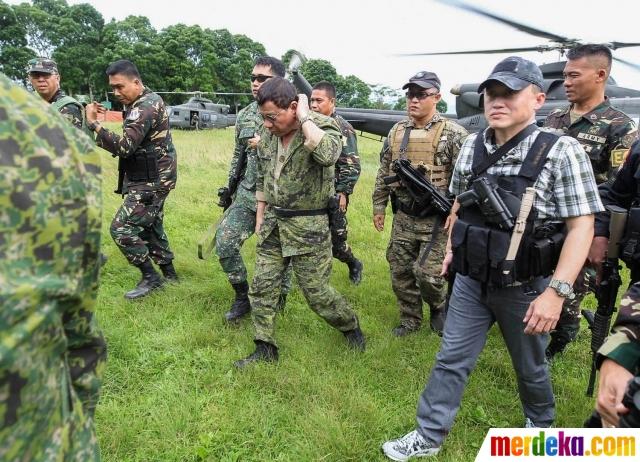 Gaya Duterte dengan Baju Loreng saat Datangi Medan Tempur Marawi