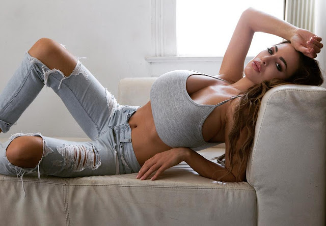 Jordan-Carver-hot-lying-on-Sofa