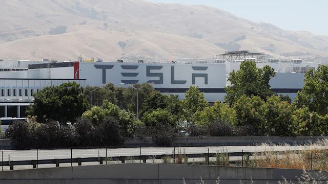 Multan a Tesla por violar las regulaciones sobre residuos industriales peligrosos