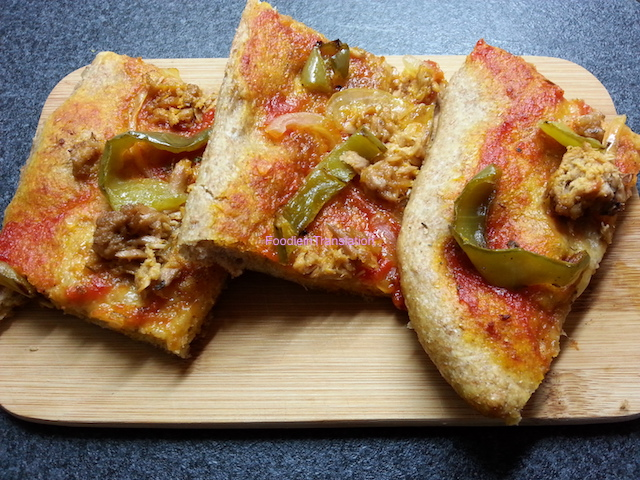 Pizza rossa con peperoni e tonno