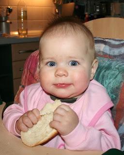 Kind isst halbes Brötchen