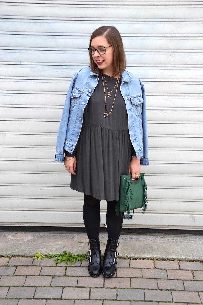 veste en jean Levi's, robe grise American Vintage, sac a frange vert Sammydress, collants noirs, bottines noire Pimkie, collier lily's créations