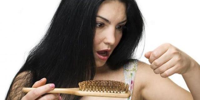 طرق طبيعية لعلاج تساقط الشعر .