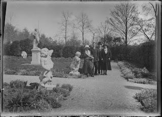 Vier Personen im Park - vielleicht im Arboretum Zürich - um 1910-1920