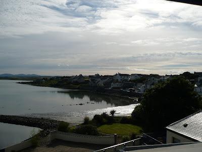 výhľad z domu na dedinu Bowmore na ostrove Islay