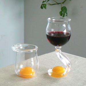 本物の生卵なのようなガラスのグラス