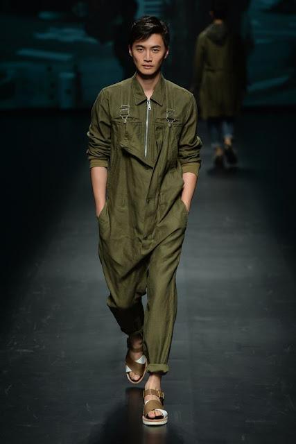 Look masculino com macacão worker verde militar.