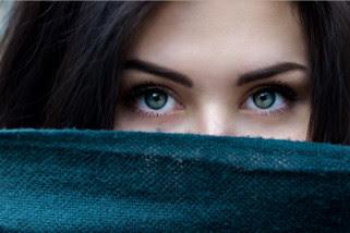 13 Cara Memakai dan Melepas Softlens Untuk Pemula Agar Tidak Perih
