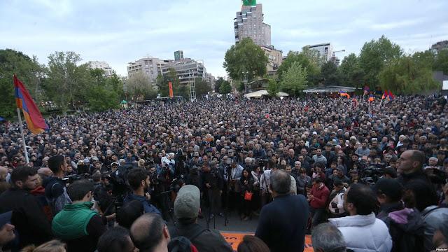 """Miles de personas participan en la marcha """"Basta de Serzh Sargsián"""""""