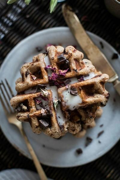 15. Waffle dengan air mawar dan taburan coklat chip