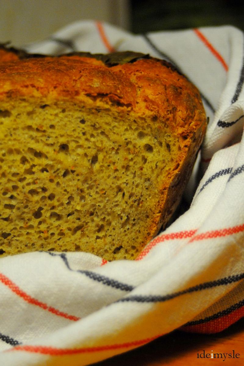 chleb pieczony na liściu chrzanu, domowy chleb na drożdżach, chleb z formy, pieczywo z ostropestem, pieczywo drożdżowe, ostropest plamisty, superfood