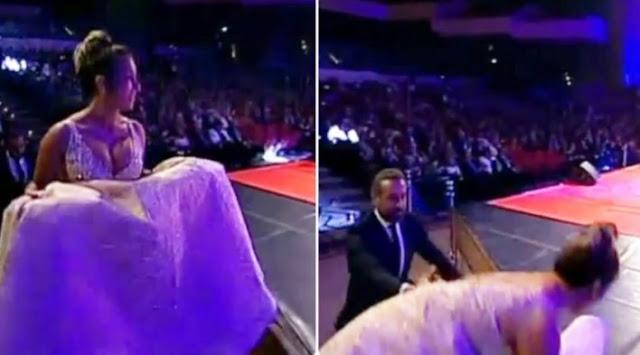 بالفيديو: كندة حنا تسقط مرتين في حفل تكريمها بمهرجان الإسكندرية السينمائي.