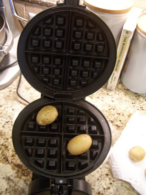 Place 2 potatoes diagonally on the waffle iron