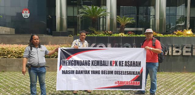 Aktivis/penggiat anti korupsi di Asahan saat membuat aksi di depan kantor KPK.