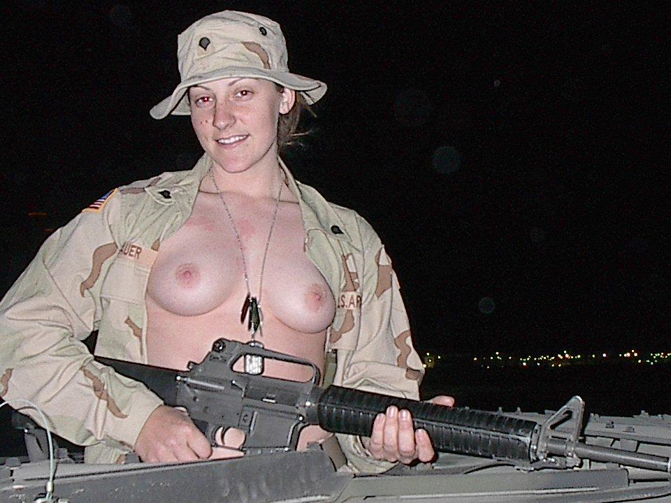 Голые военные девушки онлайн, засветы звезд под юбкой