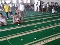 Video: Di Masjid Ini, Uang Ratusan Ribu Berserakan itu hal Biasa Tapi Tak Ada yang Berani Ambil