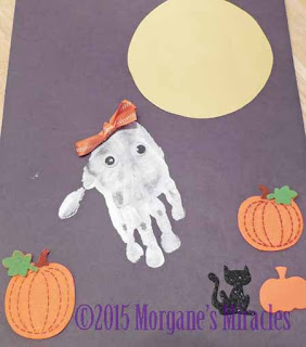 make a ghost hand print picture for Hallowen