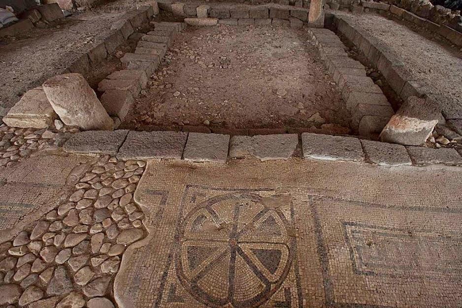 Piso ornamentado no sítio arqueológico de Magdala, Israel, onde porto e sinagoga foram encontrados