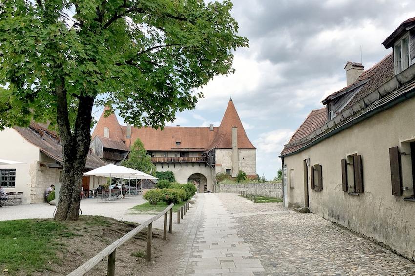 Spaziergang durch die Burganlage