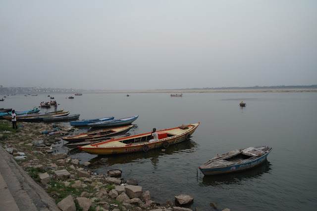 Perahu bersandar di tepian sungai Gangga
