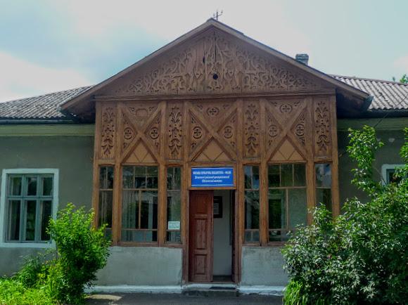 Долина. Міська бібліотека. Дерев'яний пам'ятник архітектури