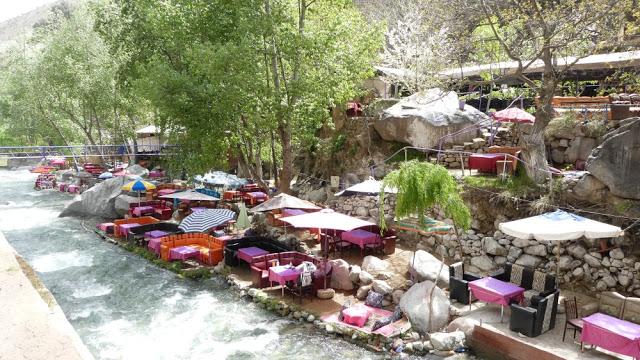 Restaurants entlang des Flusses - Ourika, Marokko