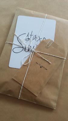Un Paquet Craft Avec De La Baker Twine Or Et Blanc Ficelle Une Petite Carte Pochette Contenant Visite Bon Rduction Joli Tag