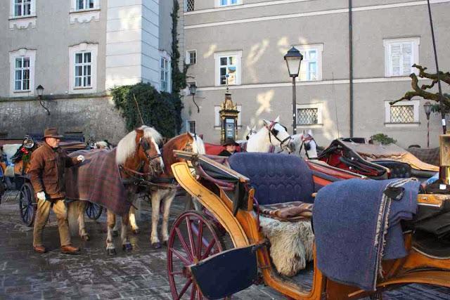 Kutschen und Pferdegespanne vor der Residenz in Salzburg © Copyright Monika Fuchs, TravelWorldOnline