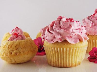 Vegane Vanille-Gugls und Cupcakes mit Himbeeren
