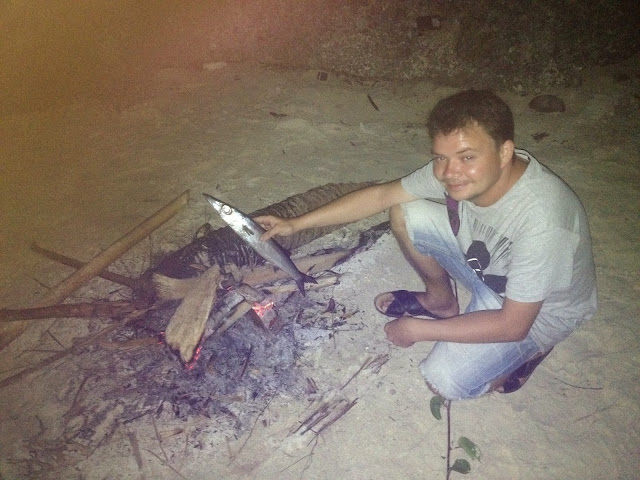 ognisko na plaży i świeża rybka mniam mniam