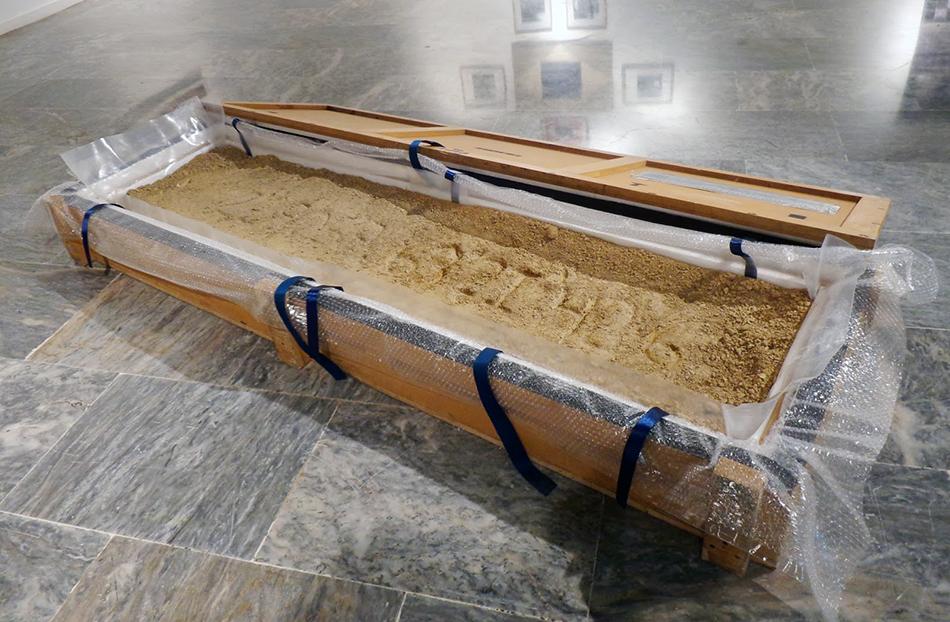 Grabados de las coordenadas de las fuentes en tierra justo a caja de madera
