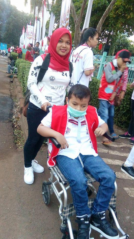 adek kecil penyandang disabilitas yang sejak pukul 5.30 sudah saya jumpai di titik kumpul Kungfu Run 2017