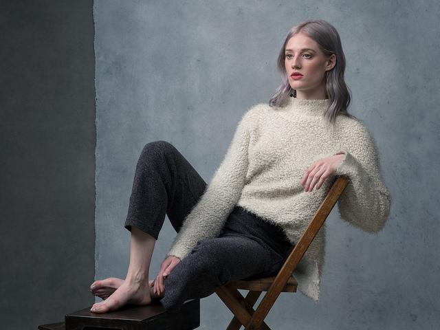 Портрет девушки на стуле