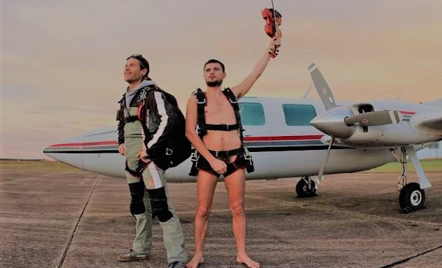 naked skydiving,skydiving uk,skydiving sydney,skydiving,entertainment,entertainment tonight,funny,news,tech,technology,information technology,techlightnews,