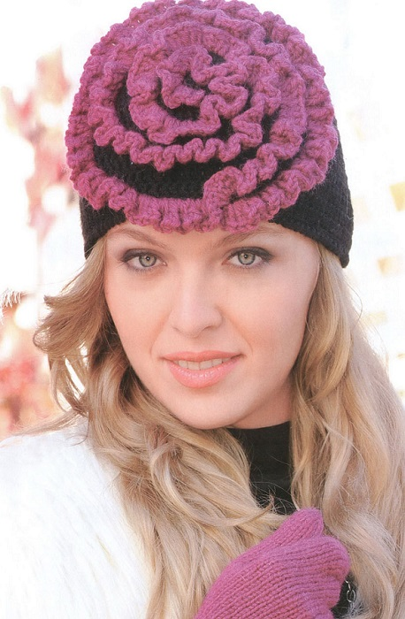 Элегантная женская шапка крючком с украшением в виде цветка