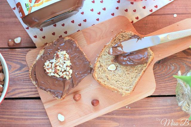Selbst gebackenes Hafer-Haselnussbrot mit nutella