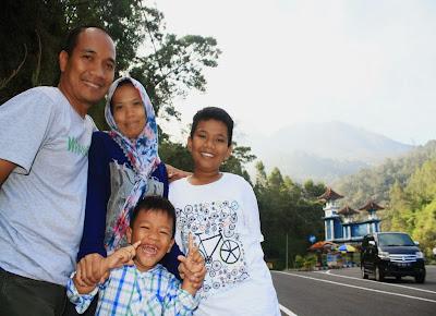 Tetap ceria meskipun travelling ribuan km. Foto di perbatasan Jateng-Jatim di Cemoro Sewu dengan Gunung Lawu sebagai background.