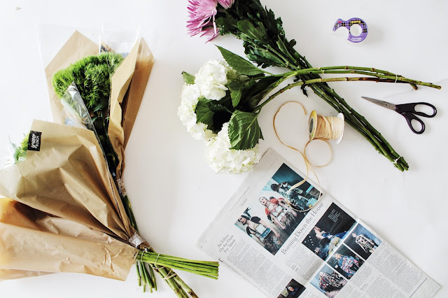 creative way to gift flowers, cute mothers day gift ideas, wrap flowers in newspaper