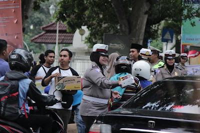 Ramadan 2018, Jurnalis dan Kepolisian di NTB Bagi Takjil