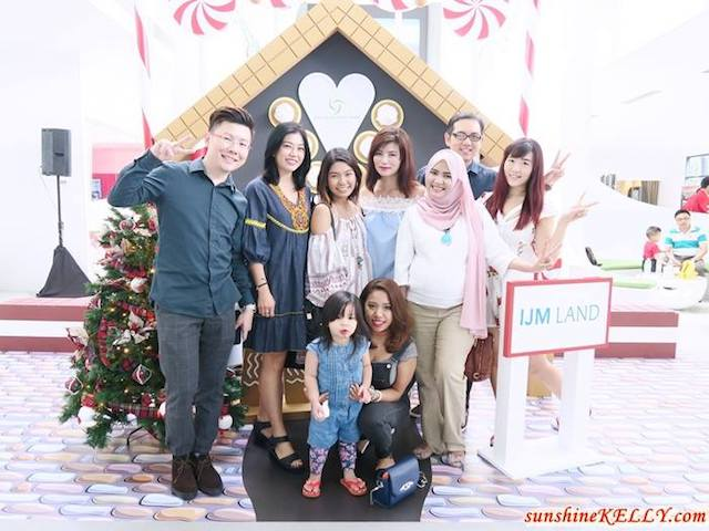 Fellow bloggers and friends in front of the Candy House. Pic credit to sunshinekelly.com