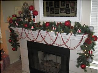 cómo adornar una sala pequeña en navidad, rincones navideños bonitos