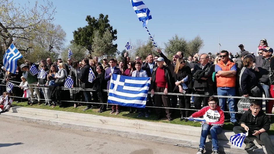 [Ελλάδα]Ο κόσμος τραγουδάει το Μακεδονία Ξακουστή στην παρέλαση της Θεσσαλονίκης