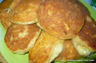 сырники с тыквой на тарелке