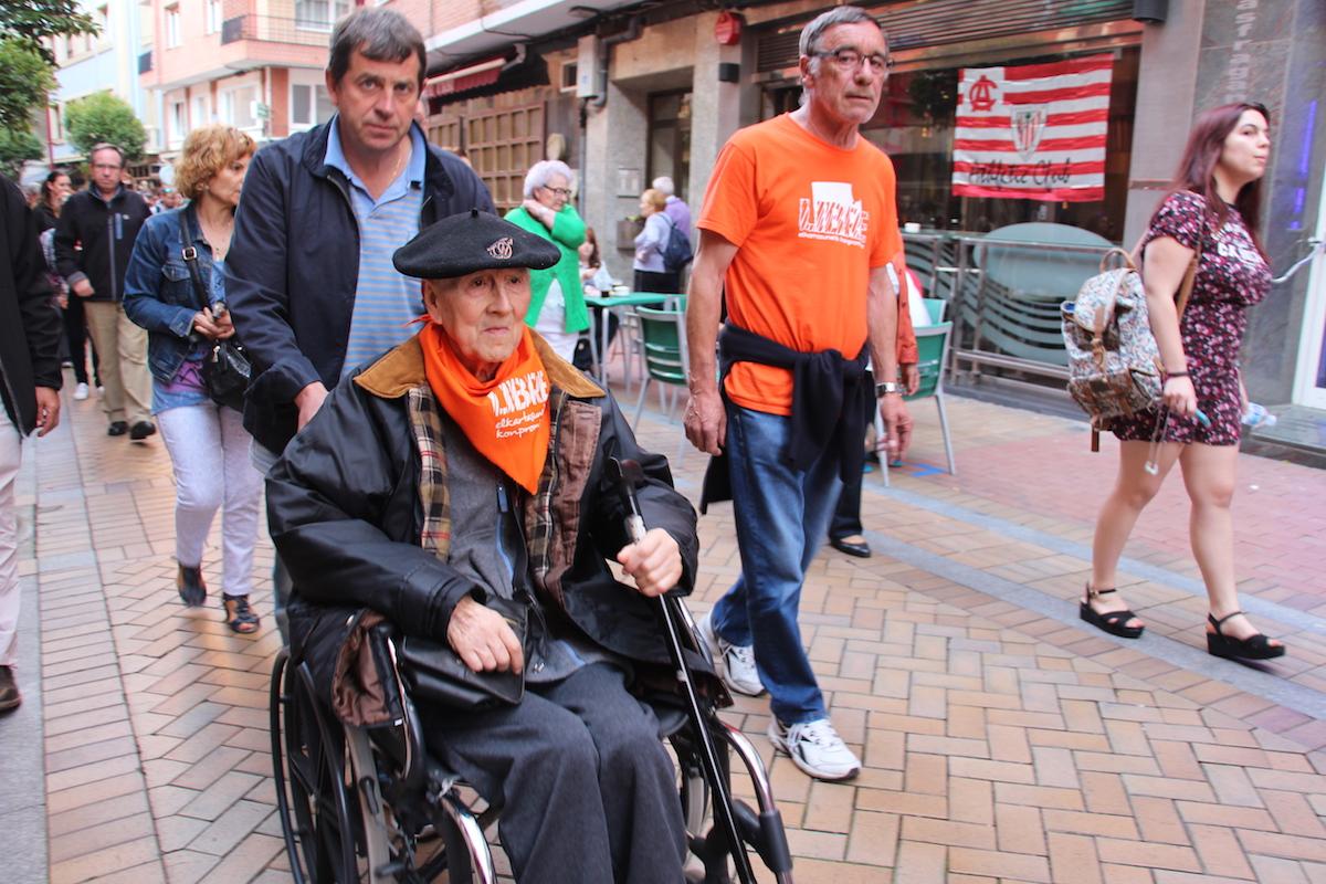 Txorbo Montero empuja la silla de rueda de Periko Solabarría un mes antes del fallecimiento del histórico activista