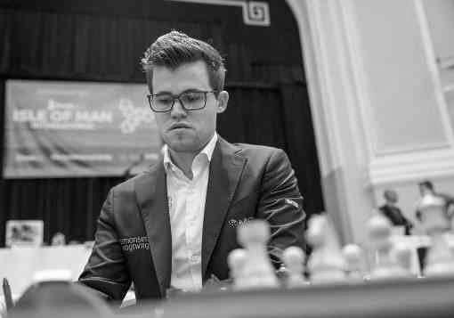 Ronde 8, le champion du monde d'échecs norvégien Magnus Carlsen a tactifié avec les Noirs l'Américain Fabiano Caruana - Photo © Maria Emelianova